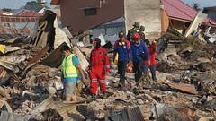 Die Rettungsteams arbeiten unermüdlich (Caritas international) Tags: katastrophe seebebentsunami erdbeben zerstörung palu indonesien idn