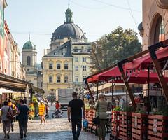 La Place du marché:  touristes et terrasses (Vincent Rowell) Tags: dominicancathedral people terraces rynoksquare marketsquare ukraine2018 ukraine lviv raw