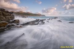 The wave game. (Ernest Bech) Tags: catalunya girona costabrava altempordà llançà mar sea onades waves rocks roques landscape longexposure llargaexposició llums lights