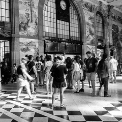 Four fifteen (Francisco (PortoPortugal)) Tags: 2062018 20180726fpbo8516 bw pb nb monochrome monocromático pessoas people interiores indoors estaçãodesbento railwaystation porto portugal franciscooliveira
