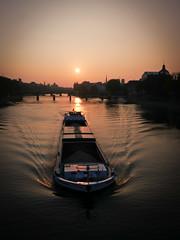 Paris, le Matin (Calinore) Tags: paris quaisducarrousel peniche boat bateau sunrise leverdesoleil morning matin