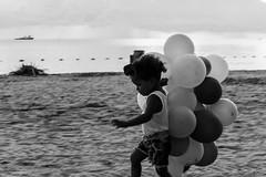 La niña y las bombas, Santa Marta - Colombia (carlosbenju) Tags: tayrona naturaleza nature verde playa beach agua mar sea sand gente people rostro face ocean oceano colombia santamarta portrait islas islands comunidad community retrato cielo océano niño niña child balloons globos arena