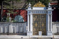 08082011-IMGP0920 (Mario Lazzarini.) Tags: sontuoso porta cancello colonne oro bosforo istanbul turchia turkey architettura historic old