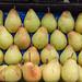 Frische Birnen in Gemüsekiste am Timeout Market in Lissabon