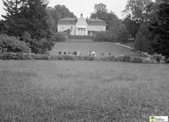 tm_5835 (Tidaholms Museum) Tags: svartvit positiv människor byggnad exteriör herrgård