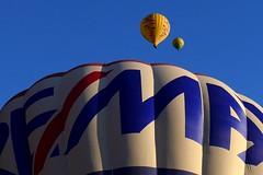 Minimal/Maximal (alfonsocarlospalencia) Tags: minimal globos azul amarillo segovia rojo letras claridad luz blanco aéreo paseo contraste arrugas paz perspectiva composición trío ascenso suavidad etéreo armonía