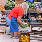Gemüseverkäuferin mit Salat und Gemüse am Timeout Market in Lissabon thumbnail