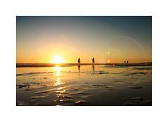 Playeando... (ángel mateo) Tags: ángelmartínmateo ángelmateo playa playadelabarrosa cádiz españa andalucía cielo horizonte ocaso puestadesol atardecer sol pareja orilla arena beach spain andalusia sky horizon sunset sun couple shore sand