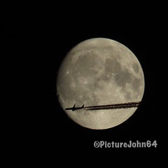 YES!! NH216 All Nippon Airways Boeing 787-9 Dreamliner (JA891A) enroute from Paris Ch. de Gaulle to Haneda Tokyo passing full moon (PictureJohn64) Tags: airplane flugzeug vliegtuig passenger pax plane aircraft ja891a sx50 powershot canon picturejohn64 maan moon almere gardenshot tokyo paris contrail enroute dreamliner 787 boeing airways nippon ana