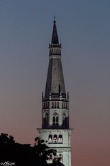 Il candore della Ghilandina al tramonto (Luca Nacchio) Tags: ghirlandina torre bianca modena tramonto sera bellissima italia tower white sunset evening beautiful italy
