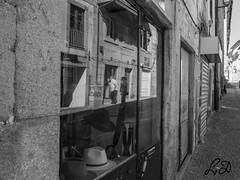Por uma montra (lamartinedias) Tags: chaves casa rua brancoepreto pretoebranco loja reflexo reflexos
