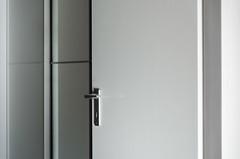 Komposition in weiß (Nachett) Tags: tür door puerta blanco weis white komposition composition composición entrada entry eingang