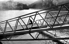 enjoying the river (carles.ml) Tags: nikon fe kodak tmax 400 film bw river people