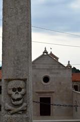 Creepy Carving @ St. Euphemia [Kampor - 25 August 2018] (Doc. Ing.) Tags: 2018 rab croatia otokrab rabisland happyisland kvarner kvarnergulf summer mediterraneansea adriatic skull nikond5100