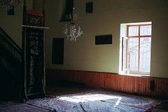 adatepe cami (coşkuyla ölmek) Tags: adatepe villlage mosque salah prayer cami cemaat masjid mesjid mescit çanakkale turkey türkiye aegean villager light window carpet room