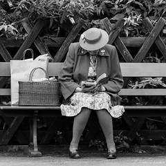 2018_09_15 | 1940s_Norfolk - D81A 0201 ©Frederic Landes (Frederic Noel) Tags: 1940s 1940sweekend northnorfolk northnorfolkrailway sheringham holt weybourne poppyline reenactment 2018 lady woman reading station stationplatform