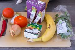 Zutaten für Hello Fresh Rezept - Karibischer Süßkartoffel-Kokos-Eintopf mit Bohnen und herzhaften Bananenpfannkuchen - Schwarze Bohnen, Kokosnussmilch, Tomaten, Zwiebeln, Gemüsebrühe, Banane und Petersilie (verchmarco) Tags: food hellofresh lebensmittel kochen hellofreshde ernährung veggie vegetarisch essen healthy foodporn noperson keineperson health gesundheit grow wachsen wood holz ingredients zutaten fruit obst knife messer market markt summer sommer nutrition delicious köstlich stilllife stillleben vegetable gemüse indoors drinnen vitamin merchandise waren cooking business geschäft october fuji canada bnw stone me trail day wald woods