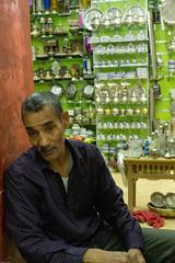 49 - Fierté (baptiste.lasnier) Tags: maroc découverte voyage reportage couleurs émotions vie bienvenue rencontres fès commerçant sympathie échange portrait théières artisanat objets cuivre travail fierté sourire homme maghreb