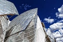 licht bewolkt met af en toe de zon (roberke) Tags: architecture architectuur modern museum lv sky lucht clouds wolken outdoor buiten gebouw parijs paris france frankrijk lijnen lines lijnenspel sun zonlicht