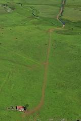 Picos de Europa - The pathway (roberto parravicini) Tags: grass lines erba casa house fattoria factory paesaggio landscape sentiero pathway d7200