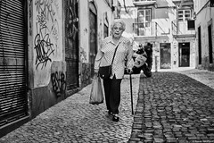 Lissabon Gente de Lisboa 124 bw (rainerneumann831) Tags: bw blackwhite street streetscene ©rainerneumann urban monochrome candid city streetphotography blackandwhite frau lisboa lissabon gentedelisboa