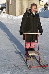 Au-delà du cercle polaire, 2012 / Beyond the polar circle, 2012 (Joseff_K) Tags: nikon nikond80 d80 audeladucerclepolaire beyondthepolarcircle tamron1750mmf28 femme woman trotinettedesneiges snowrunners norvege norway neige snow spark norge noreg kongeriketnoreg kongerketnorge