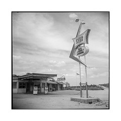 four aces • palmdale, ca • 2018 (lem's) Tags: motel four aces palmdale ca california gas station service diner neon sign ghost town ville fantome rolleiflex t