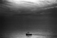 (Фототека им. Зепа) Tags: analogue analog film filmisnotdead analogphotography keepfilmalive nikon nikonf100 fomapan blackandwhite blackwhite sea boat beach italy