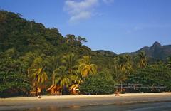 Koh Chang, White Sand Beach (blauepics) Tags: thailand koh chang island insel coastscape küste landscape landschaft meer sea water wasser beach strand white weisser sand palm trees palmen huts hütten hills hügel bäume