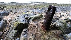 Pour l'amarrage (Un jour en France) Tags: bitte amarrage mer plage roche rouille paysage canoneos7d ef1635mmf28liiusm océan normandie saintvaastlahougue canon efefs