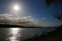 2018-10-22 Voerde (Vestischer) Tags: voerde götterswickerhamm voerdegötterswickerhamm deutschland germany nordrheinwestfalen northrhinewestphalia sonnenuntergang sunset rhein flus rhine river wolken sonne wasser cloud sun water