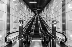 Ii/\iI (Blende1.8) Tags: underground wideangle sel1224g 1224mm sony alpha ilce7rm2 a7rii a7rm2 duesseldorf düsseldorf nrw escalators escalator rolltreppe modern contemporary architecture urban city metro tunnel monochrome mono schwarzweis symmetrie bw sw pattern perspective symmetry