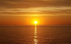 Sunset sur la Méditerranée (Christian Chene Tahiti) Tags: samsung s7e téléphone portable méditerrannée italie soleil sun sunset crépuscule coucherdesoleil sunlight orange nuit soir jaune ciel nuage cloud extérieur landscape seascape reflet reflection paysage