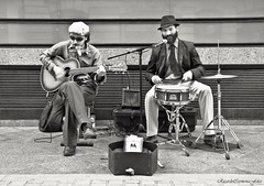 Blues band (ricardocarmonafdez) Tags: streetphotography ciudad city urbaano urban urbanscape people músicos calles street monocromo monochrome blackandwhite bn canon 60d 1785isusm