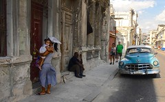 Cuba- La Habana (venturidonatella) Tags: cuba lahabana avana habana lavana street strada streetscene streetlife people gentes persone colori colors nikon nikond500 d500 emozioni portraits ritratti auto car automobile madre figli