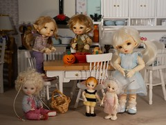 The kids are ready to dig into the candy! Happy Halloween!  🎃 (steen76) Tags: nanofairy bluefairy micro bito'honey joannecallander popo titi realpuki ante pukipuki bjd tiny fairyland halloween