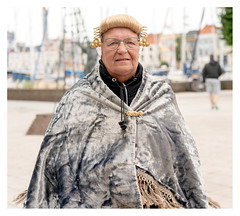 It's a hard life, Flushing fisherwoman in folk costume (leo.roos) Tags: klederdracht folkcostume regionalcostume traditionalgarment traditionaldress vlissingen oudevisserijdagen zeeuwsvlaanderenaugustus2018 a7rii sonyfe24105mmf4goss sony241054 sel24105g darosa leoroos