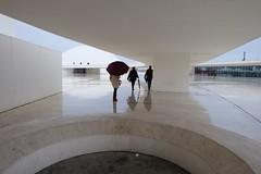 .Siluetas en movimiento........ (David.gv60) Tags: david60 mirrorless zoom paisaje urbano vista centro cultural internacional oscar niemeyer avilés arquitectura asturias españa color photodgv