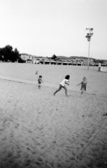 Playing en la playa. Plentzia (..Ixa..) Tags: beach plentzia euskadi basquecountry summer sand arena sea mar playa felicidad alegria primos cousins analogicalisa filmphotography 35mm