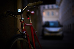 Fuji bike shot with my new Fujifilm :) (paul.wienerroither) Tags: bike fokus dof depthoffield light lightanddark colors colours bokeh fujifilm fujifilmxt3 35mm photography streetphotography street vienna city buildings walking walk car evening beforeitgetsdark austria details chrome