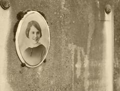 BReVe. (WaRMoezenierr.) Tags: short kort breve la vie begraafplaats parijs paris panasonic lumix picture photo mademoiselle corta smile glimlach sonrisa cementerio