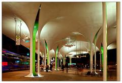 Münchner Freiheit (frodul) Tags: architektur ausenansicht gebäude gestaltung konstruktion linie outdoor münchen platz grün müncherfreiheit nachtaufnahme bayern deutschland umsteigeanlage dach tram
