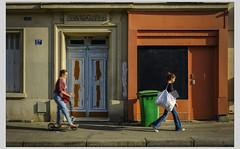 Flou et net (afantelin) Tags: iledefrance paris14è passante trottinette porte travaux poubelle boutique rue mouvement