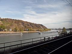 Verkehr (onnola) Tags: deutschland germany rheinlandpfalz rhinelandpalatinate schiene gleis track rhein rhine fluss river schiff lastschiff freight ship herbst autumn