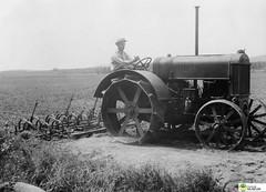 tm_5843 - 1934 (Tidaholms Museum) Tags: svartvit positiv fordon traktor 1930talet 1934 plöjning