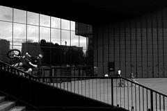 Katowice 2018 (Tu i tam fotografia) Tags: blackandwhite noiretblanc enblancoynegro inbiancoenero bw monochrome czerń biel czerńibiel noir czarnobiałe polska poland schody stairs miasto city town ulica street streetphoto fotografiauliczna streetphotography rower bike bicycle rowerzysta cyclist glass szkło szyba rowery bikes linie lines architektura architecture ludzie people człowiek man odbicie reflection black skok jump outdoor