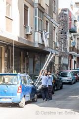 Catania teamwork (10b travelling / Carsten ten Brink) Tags: carstentenbrink 2018 catania etna europa europe iptcbasic italia italian italie italien italy sicily cmtb ladder men teamwork workingtogether
