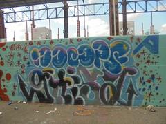 484 (en-ri) Tags: nocops ghisa blu nero verde acqua rosso viola throwup arrow torino wall muro graffiti writing parco dora