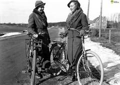 tm_5561 (Tidaholms Museum) Tags: svartvit positiv gruppfoto människor cykel fordon 1936 1930talet landsväg grusväg