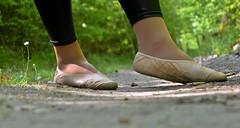 Na cestě • On the path (Merman cvičky) Tags: balletslippers ballettschläppchen ballet slipper ballerinas slippers schläppchen piškoty cvičky ballettschuhe ballettschuh